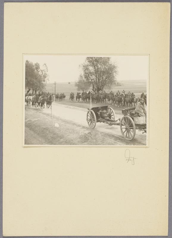 Gefangene polnische Kavalleristen und erbeutete Geschütze auf einer Landstraße, recto