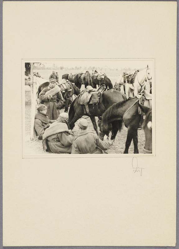 Gefangene polnische Kavalleristen machen Rast auf einem Feld, recto