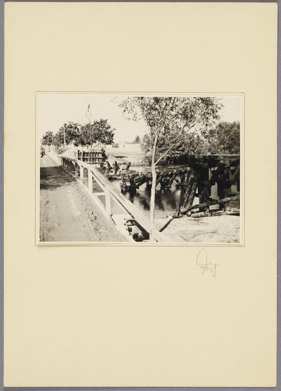 Zerstörte Holzbrücke über die Warthe neben einer neu erbauten Notbrücke, recto