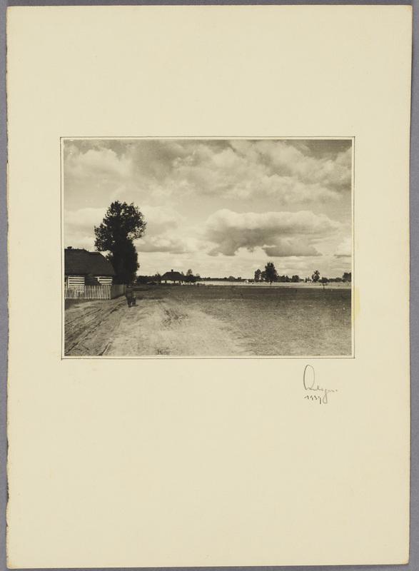 Ein Wehrmachtssoldat geht auf einem Feldweg entlang, recto