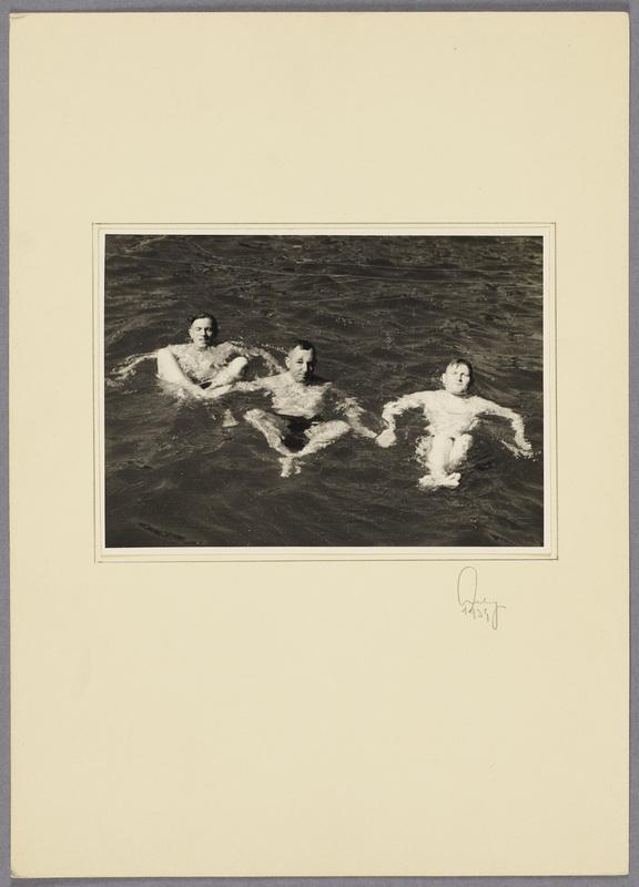 Kurt Seeliger (m.) mit zwei Soldaten beim Schwimmen in Jüterbog, recto