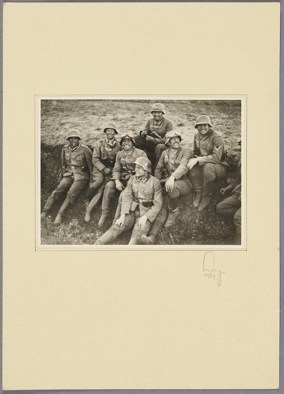 Soldaten der Beobachtungs-Abteilung 13 posieren für ein Gruppenfoto, recto