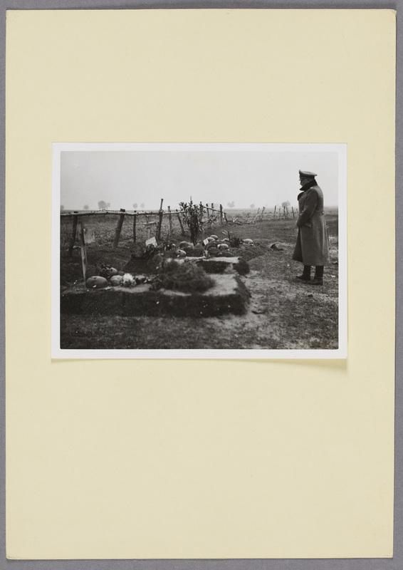 Generalleutnant Otto an den Gräbern gefallener Wehrmachtssoldaten, recto