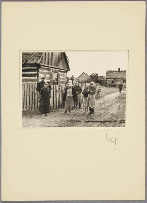Polnische Familie vor ihrem Haus, recto