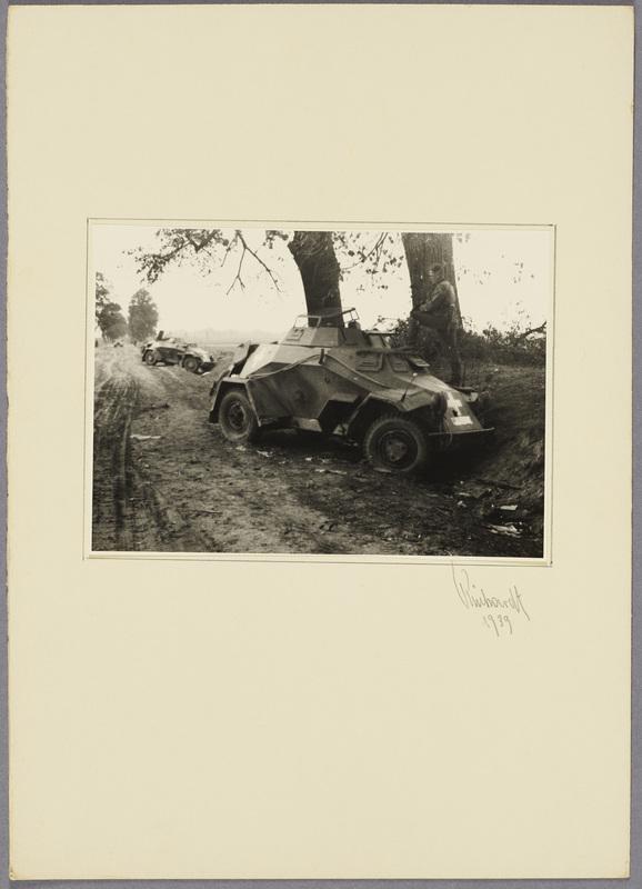 Zerstörte deutsche Panzerspähwagen am Straßenrand, recto