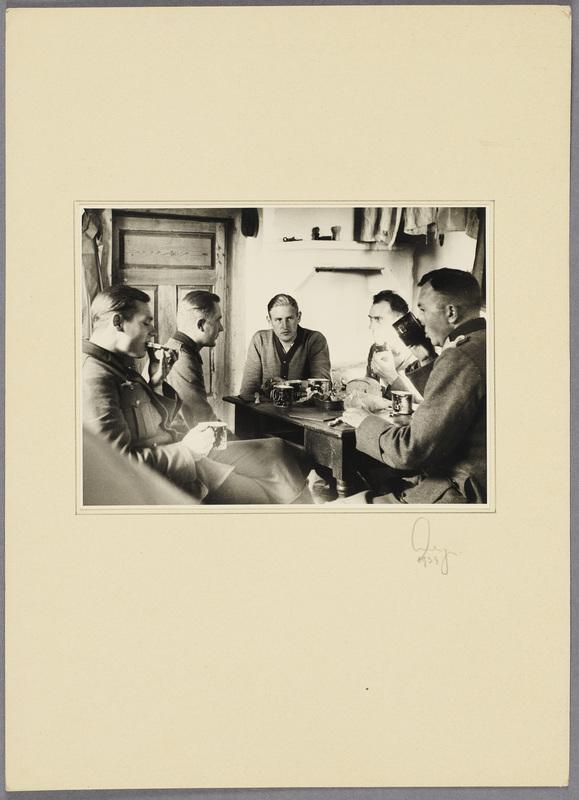 Seeliger (r.) und vier Wehrmachtssoldaten beim Essen im Haus einer polnischen Familie, recto