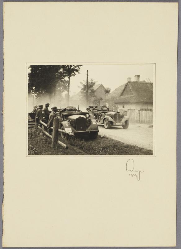 Militärfahrzeuge auf einer Landstraße, recto