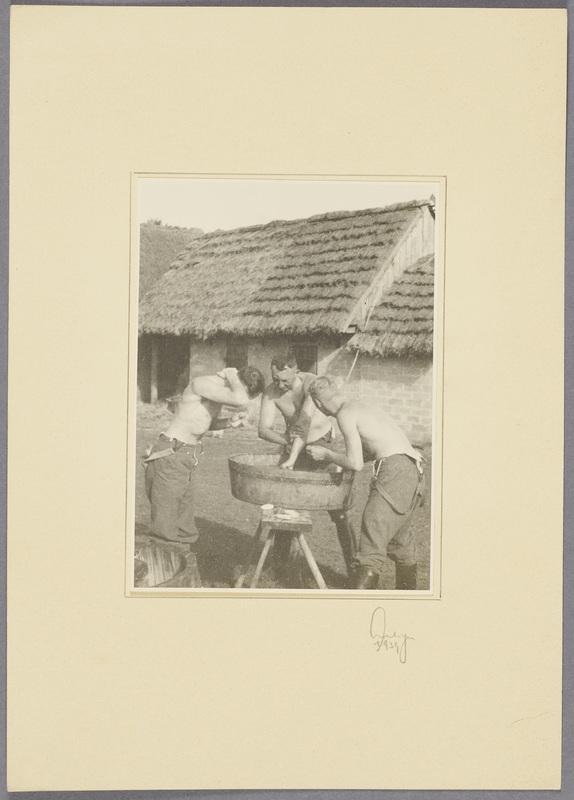 Kurt Seeliger (m.) und zwei Wehrmachtssoldaten waschen sich im Hof, recto