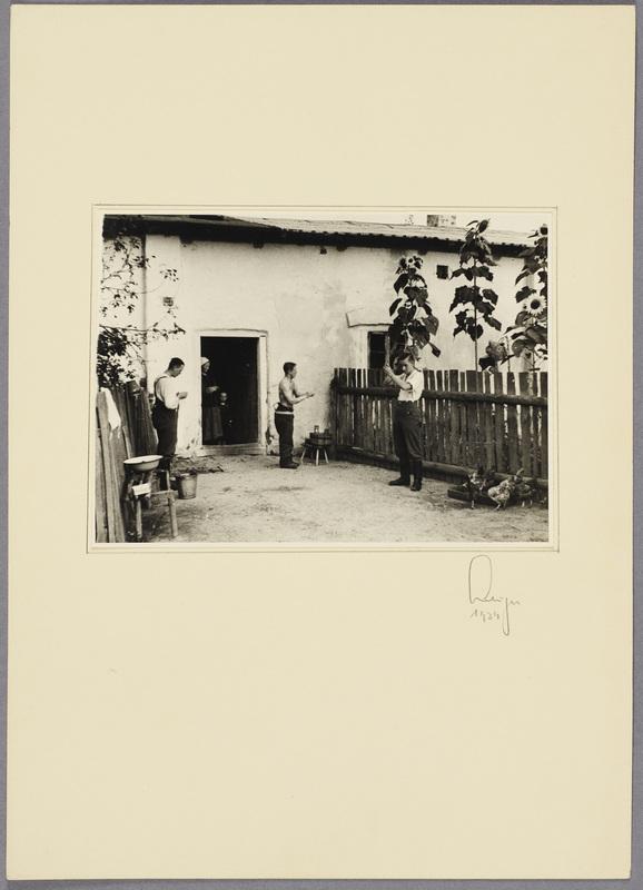 Wehrmachtssoldaten waschen sich im Hof eines polnischen Bauernhauses, recto