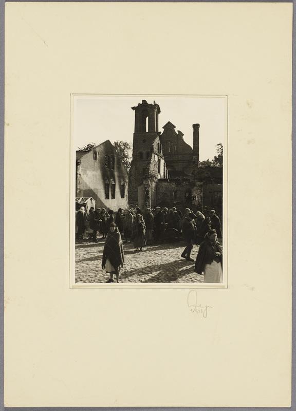 Die Bevölkerung Szczercóws vor einer zerstörten Kirche, recto