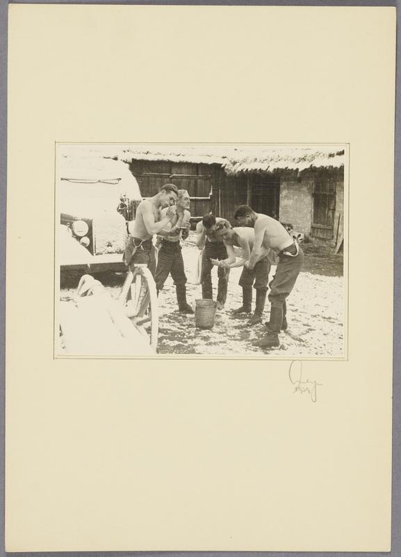 Kurt Seeliger (r.) und vier Soldaten waschen sich in einem verschneiten Hof , recto