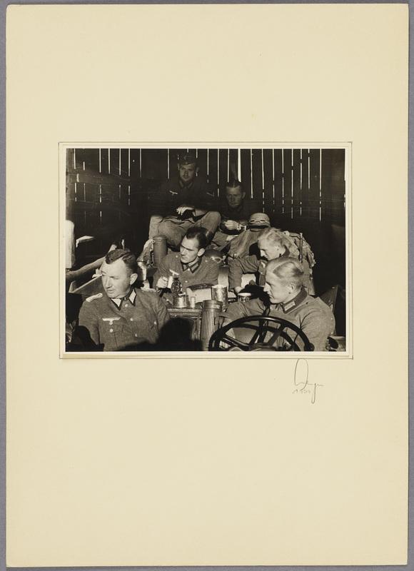 Kurt Seeliger (v. l.) und Angehörige der Beobachtungs-Abteilung 13 in einer Scheune, recto