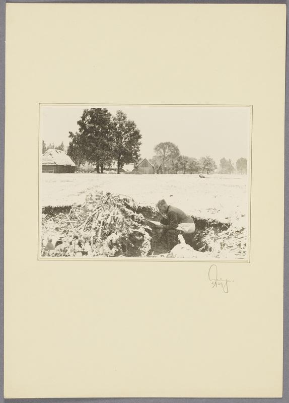 Ein Soldat verrichtet seine Notdurft im schneebedeckten Feld und liest dabei Zeitung, recto