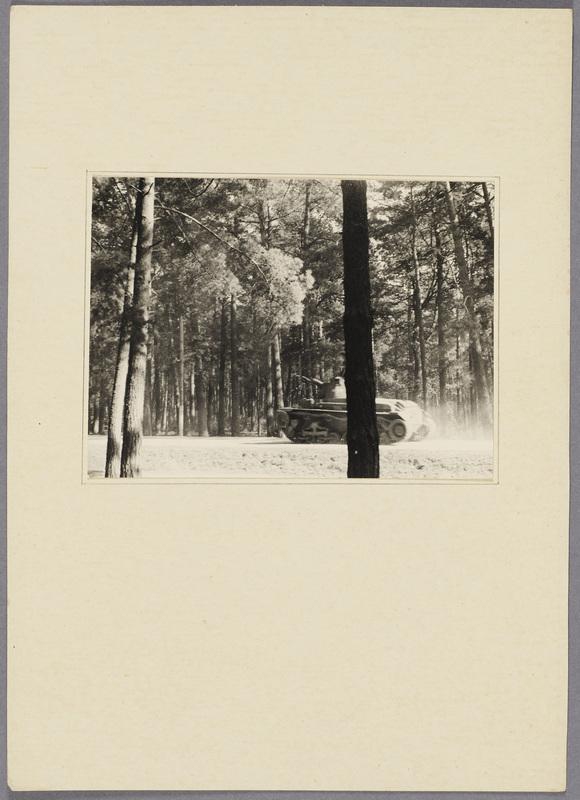 Ein deutscher Panzer im Wald, recto