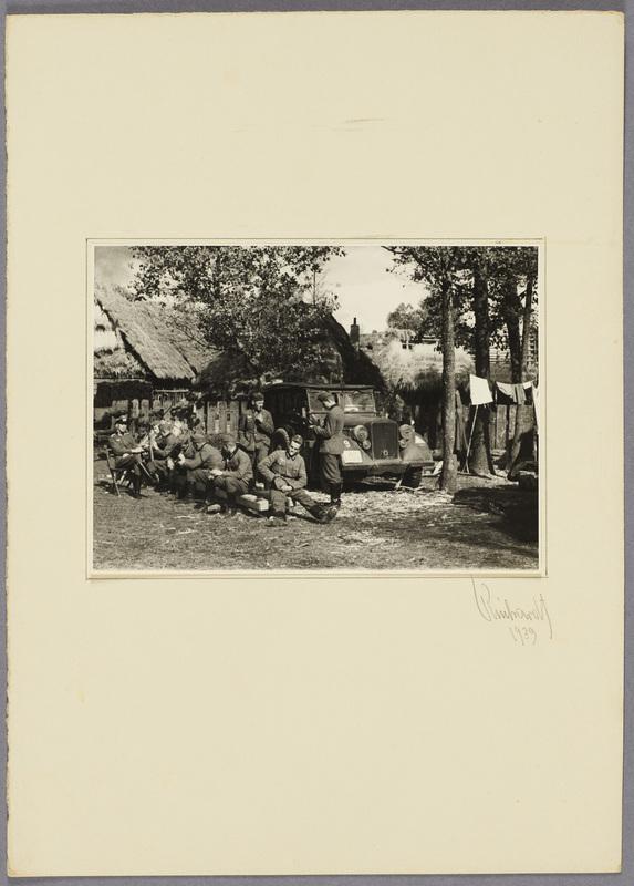 Deutsche Soldaten bei der Rast in einem polnischen Dorf, recto
