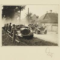 Militärfahrzeuge auf einer Landstraße