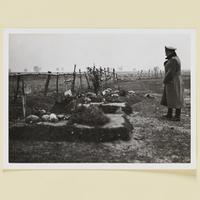 Generalleutnant Otto an den Gräbern gefallener Wehrmachtssoldaten