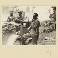 Deutsche Soldaten bei einer Rast am Straßenrand