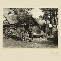 Deutsche Soldaten bei der Rast in einem polnischen Dorf