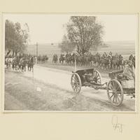 Gefangene polnische Kavalleristen und erbeutete Geschütze auf einer Landstraße