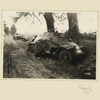 Zerstörte deutsche Panzerspähwagen am Straßenrand