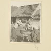Kurt Seeliger (m.) und zwei Wehrmachtssoldaten waschen sich im Hof