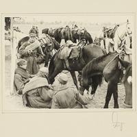Gefangene polnische Kavalleristen machen Rast auf einem Feld