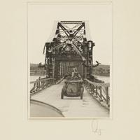 Militärfahrzeuge fahren über eine beschädigte Brücke über die Weichsel