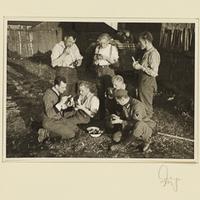 Kurt Seeliger (h. l.) und sechs Wehrmachtssoldaten beim Essen im Freien