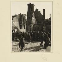 Die Bevölkerung Szczercóws vor einer zerstörten Kirche