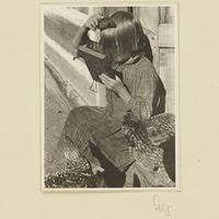 Ein polnisches Mädchen kämmt sich die Haare
