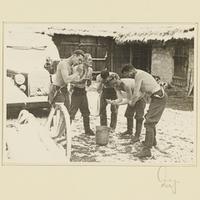 Kurt Seeliger (r.) und vier Soldaten waschen sich in einem verschneiten Hof