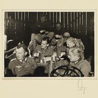 Kurt Seeliger (v. l.) und Angehörige der Beobachtungs-Abteilung 13 in einer Scheune