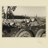 Drei Soldaten schlafen in einem Militärfahrzeug