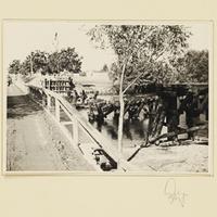 Zerstörte Holzbrücke über die Warthe neben einer neu erbauten Notbrücke