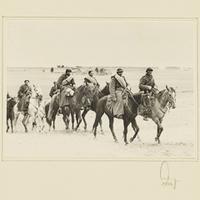 Gefangene polnische Kavalleristen reiten über ein Feld