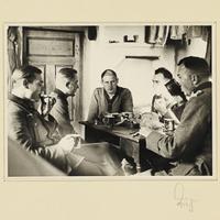 Seeliger (r.) und vier Wehrmachtssoldaten beim Essen im Haus einer polnischen Familie