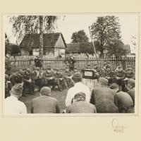 Wehrmachtssoldaten hören einer Rede Adolf Hitlers im Radio zu
