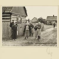 Polnische Familie vor ihrem Haus